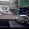 Девушка пытается выехать с парковки