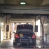 Женщина на мойке забыла закрыть багажник
